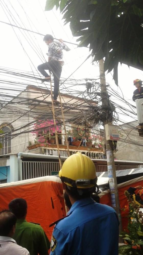 Giải cứu nam thanh niên nghi ngáo đá leo lên cột điện la hét ở quận Thủ Đức ảnh 10