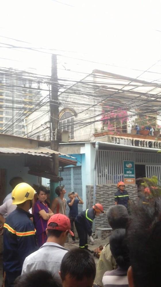 Giải cứu nam thanh niên nghi ngáo đá leo lên cột điện la hét ở quận Thủ Đức ảnh 6