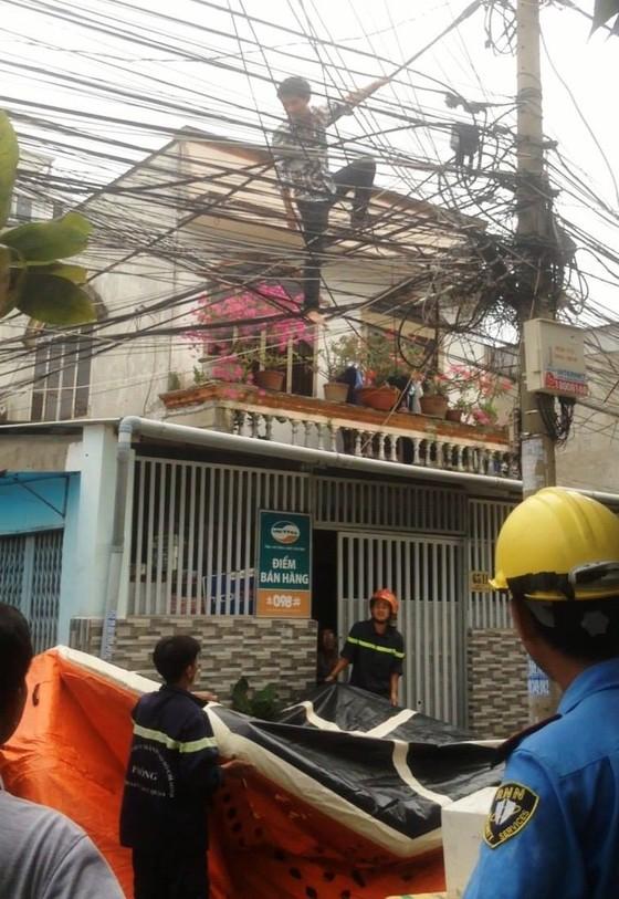 Giải cứu nam thanh niên nghi ngáo đá leo lên cột điện la hét ở quận Thủ Đức ảnh 5
