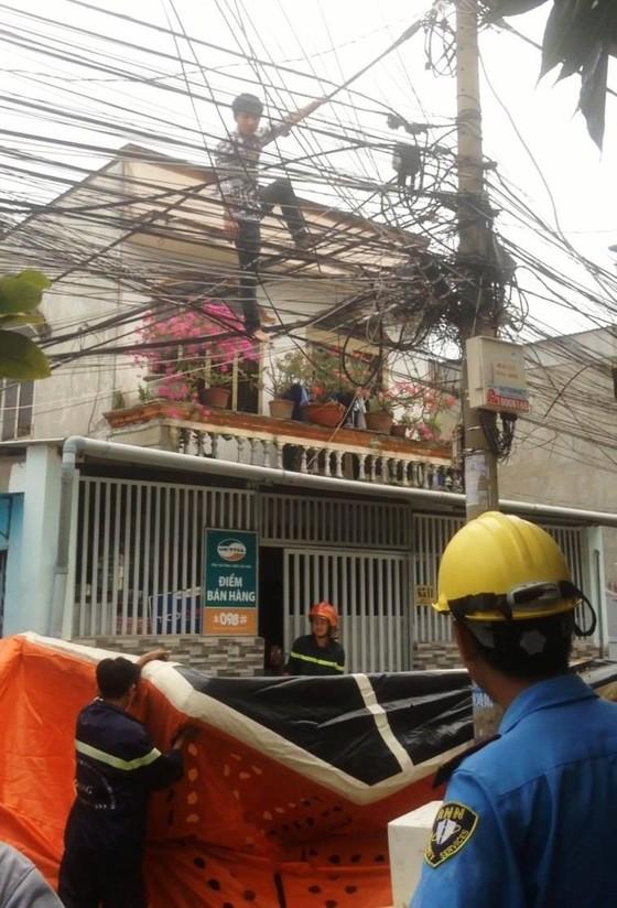 Giải cứu nam thanh niên nghi ngáo đá leo lên cột điện la hét ở quận Thủ Đức ảnh 7
