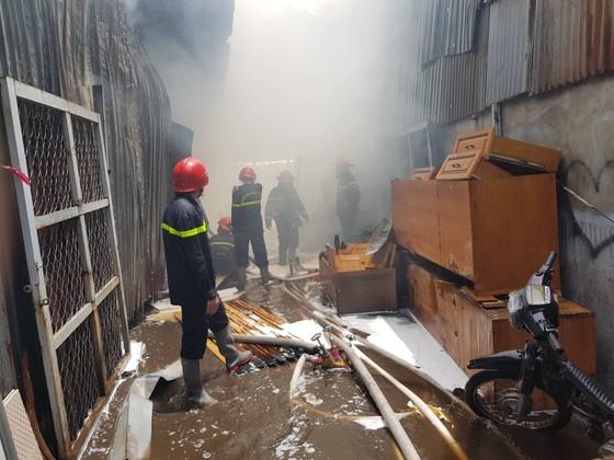 Hàng trăm cảnh sát tham gia chữa cháy ở xưởng gỗ gần siêu thị Coop Mart ở TPHCM ảnh 7