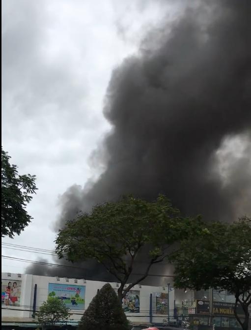 Hàng trăm cảnh sát tham gia chữa cháy ở xưởng gỗ gần siêu thị Coop Mart ở TPHCM ảnh 3