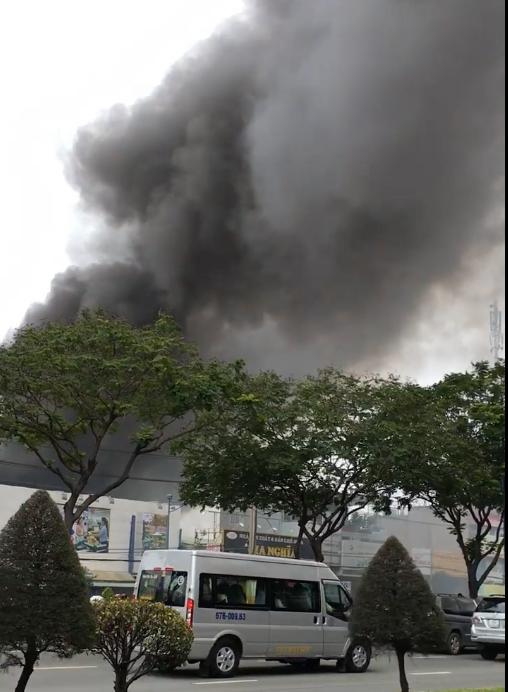 Hàng trăm cảnh sát tham gia chữa cháy ở xưởng gỗ gần siêu thị Coop Mart ở TPHCM ảnh 1