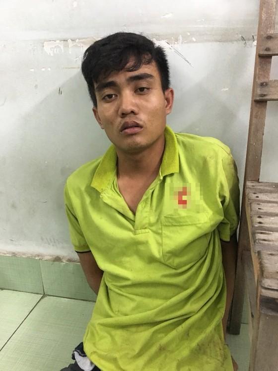 Cảnh sát cùng chó nghiệp vụ vây bắt tên cướp dùng roi điện khống chế tài xế xe ôm ảnh 1
