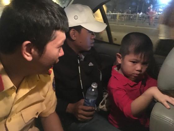 Công an giúp bé 5 tuổi bị lạc tìm thấy mẹ trong đêm bắn pháo hoa mừng lễ Quốc khánh ảnh 1