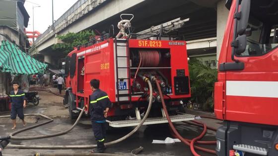 Cháy nhà dân ở chân cầu Bình Lợi, Bình Thạnh ảnh 2