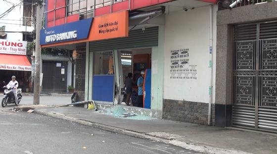 Tài xế nghi say xỉn lái xe tông vào trụ sở ngân hàng rồi nổ máy… đi sửa xe ảnh 1