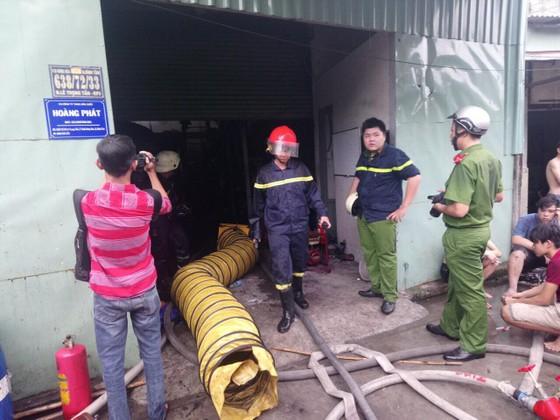 Cháy công ty hóa chất, hơn 100 chiến sĩ tích cực chữa cháy trong gần 1 giờ ảnh 1