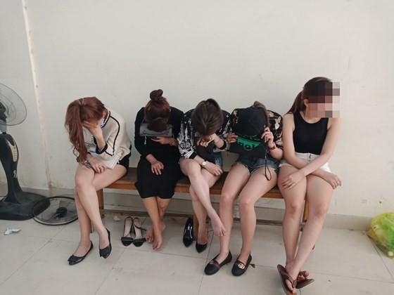Đột kích quán bar ở quận 7 phát hiện 20 nam nữ phê ma tuý ảnh 9