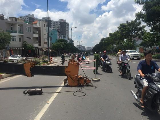 Xe cần cẩu đổ sập trên đại lộ Phạm Văn Đồng, nhiều người thoát chết ảnh 7