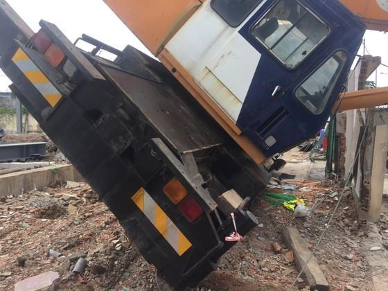 Xe cần cẩu đổ sập trên đại lộ Phạm Văn Đồng, nhiều người thoát chết ảnh 4