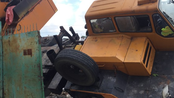 Xe cần cẩu đổ sập trên đại lộ Phạm Văn Đồng, nhiều người thoát chết ảnh 5