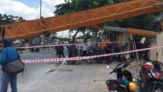Xe cần cẩu đổ sập trên đại lộ Phạm Văn Đồng, nhiều người thoát chết ảnh 6