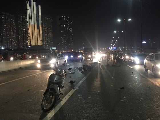Va chạm với xe tải trên cầu Sài Gòn, đôi nam nữ chết thảm giao thông ùn ứ kéo ảnh 1
