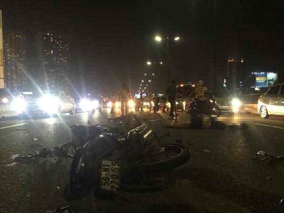 Va chạm với xe tải trên cầu Sài Gòn, đôi nam nữ chết thảm giao thông ùn ứ kéo ảnh 2
