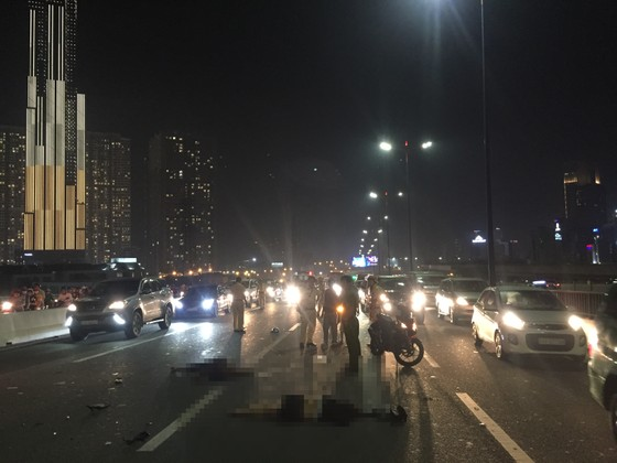 Va chạm với xe tải trên cầu Sài Gòn, đôi nam nữ chết thảm giao thông ùn ứ kéo ảnh 4
