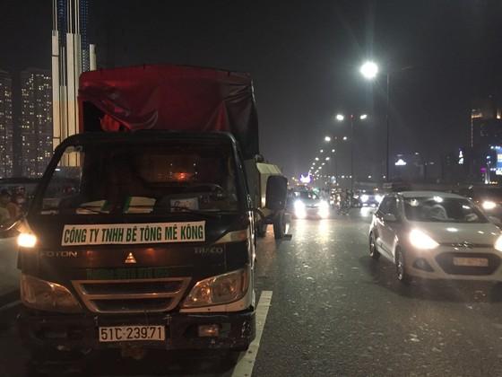 Va chạm với xe tải trên cầu Sài Gòn, đôi nam nữ chết thảm giao thông ùn ứ kéo ảnh 5