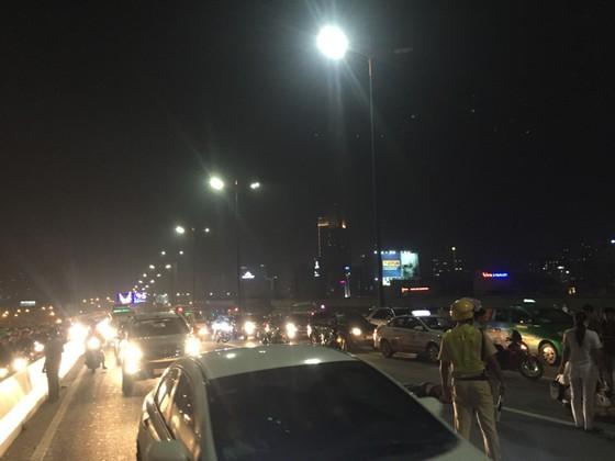 Va chạm với xe tải trên cầu Sài Gòn, đôi nam nữ chết thảm giao thông ùn ứ kéo ảnh 7