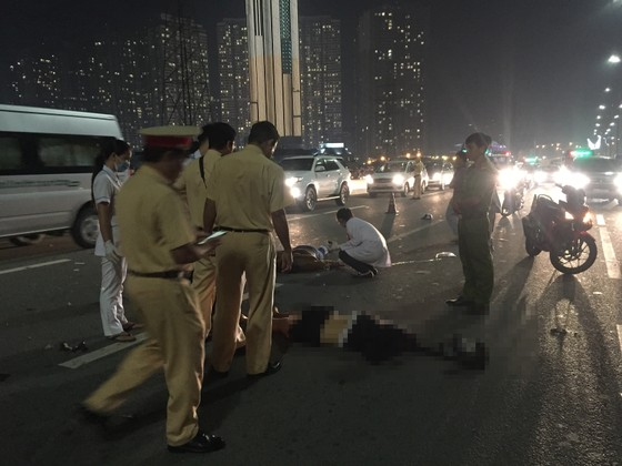 Va chạm với xe tải trên cầu Sài Gòn, đôi nam nữ chết thảm giao thông ùn ứ kéo ảnh 6