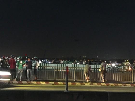 Va chạm với xe tải trên cầu Sài Gòn, đôi nam nữ chết thảm giao thông ùn ứ kéo ảnh 16