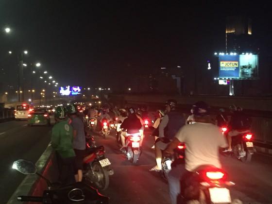 Va chạm với xe tải trên cầu Sài Gòn, đôi nam nữ chết thảm giao thông ùn ứ kéo ảnh 13