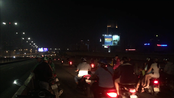 Va chạm với xe tải trên cầu Sài Gòn, đôi nam nữ chết thảm giao thông ùn ứ kéo ảnh 11