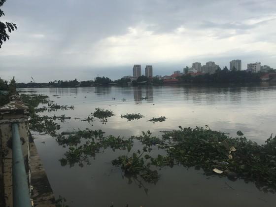 Hốt hoảng phát hiện thi thể nam thanh niên trôi trên sông Sài Gòn ảnh 1