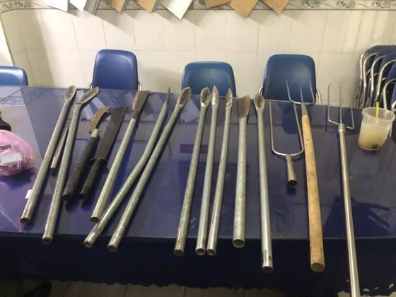 Khởi tố bắt tạm giam 6 đối tượng trong vụ hỗn chiến trên cầu Nhị Thiên Đường ảnh 1