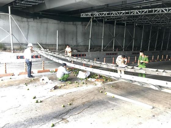 Xe tải đâm sập giàn giáo công trình, cửa hầm Sài Gòn bị phong toả ảnh 1
