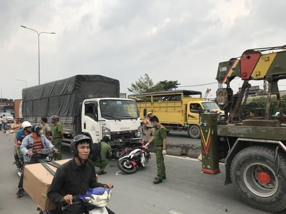 Xe tải tông 3 xe máy, 2 người chết, 2 người bị thương trên quốc lộ 1A ảnh 2