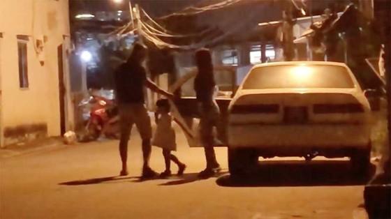 Xe biển xanh 80B chở phụ nữ trẻ em hú còi ưu tiên inh ỏi trên đường phố  ảnh 2
