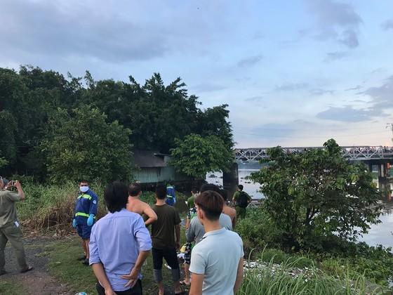 Thi thể thanh niên trôi sông Sài Gòn, người dân theo dõi khiến cầu sắt Phú Long ùn ứ ảnh 6