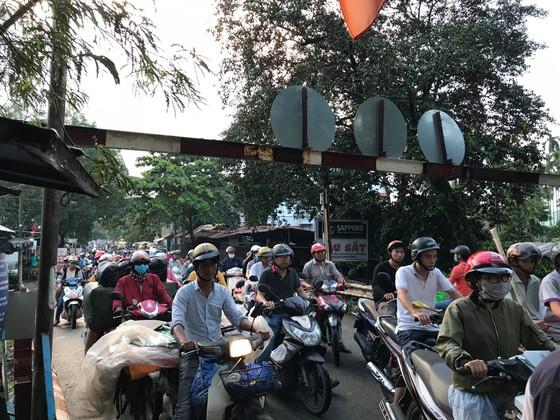 Thi thể thanh niên trôi sông Sài Gòn, người dân theo dõi khiến cầu sắt Phú Long ùn ứ ảnh 4