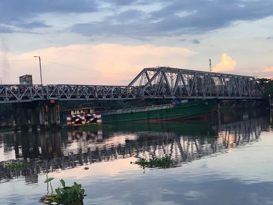 Thi thể thanh niên trôi sông Sài Gòn, người dân theo dõi khiến cầu sắt Phú Long ùn ứ ảnh 3
