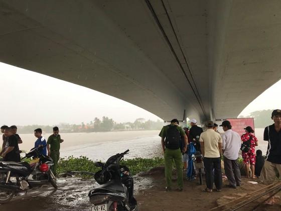 Thi thể thanh niên trôi sông Sài Gòn, người dân theo dõi khiến cầu sắt Phú Long ùn ứ ảnh 1