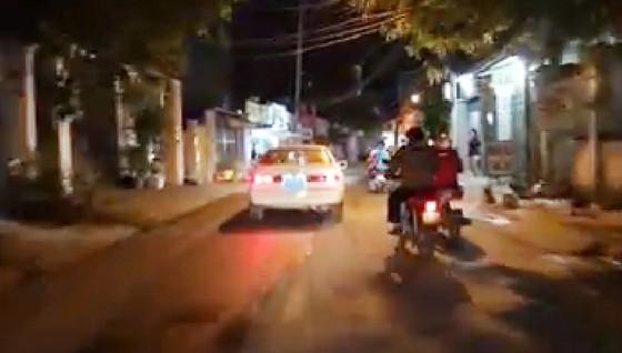 Xe biển xanh 80B chở phụ nữ trẻ em hú còi ưu tiên inh ỏi trên đường phố  ảnh 1
