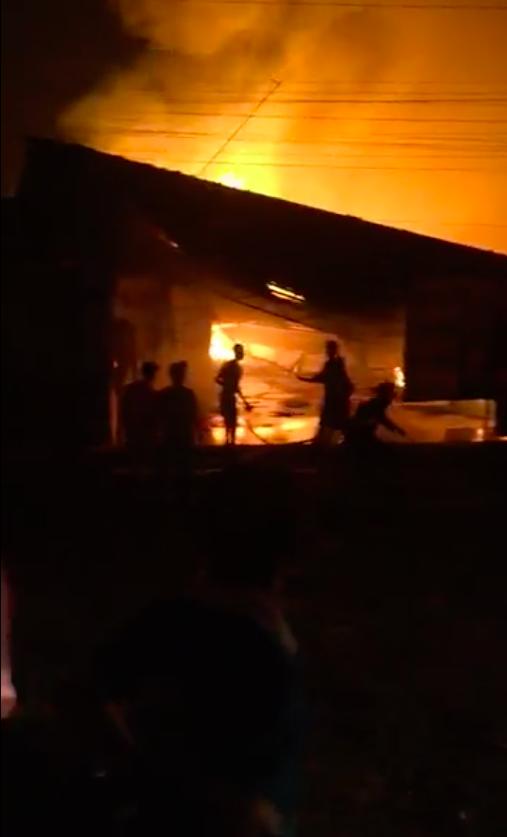   Đồng Nai: Xưởng gỗ bốc cháy dữ dội trong đêm ảnh 2