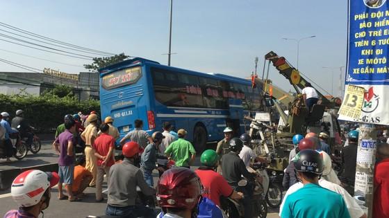 Xe khách tông dải phân cách nhiều người thoát chết, giao thông ùn ứ trên quốc lộ  ảnh 1