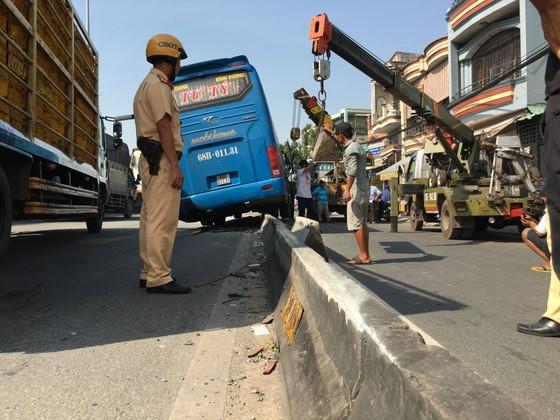Xe khách tông dải phân cách nhiều người thoát chết, giao thông ùn ứ trên quốc lộ  ảnh 2