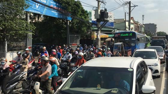 Xe khách tông dải phân cách nhiều người thoát chết, giao thông ùn ứ trên quốc lộ  ảnh 5