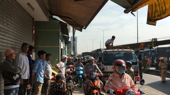 Xe khách tông dải phân cách nhiều người thoát chết, giao thông ùn ứ trên quốc lộ  ảnh 6