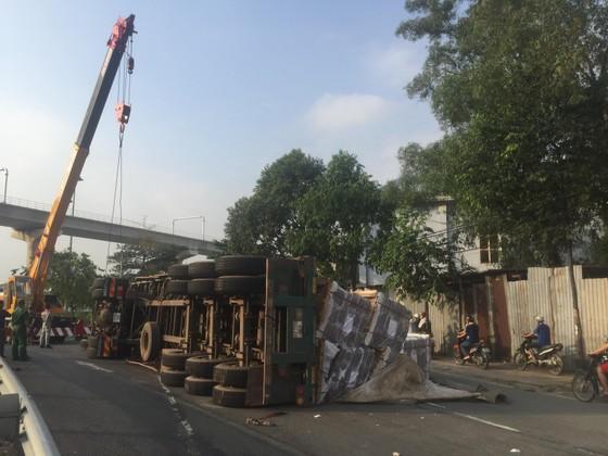"""Xe container ôm cua lật nhào tại cầu vượt """"tử thần"""" ảnh 4"""