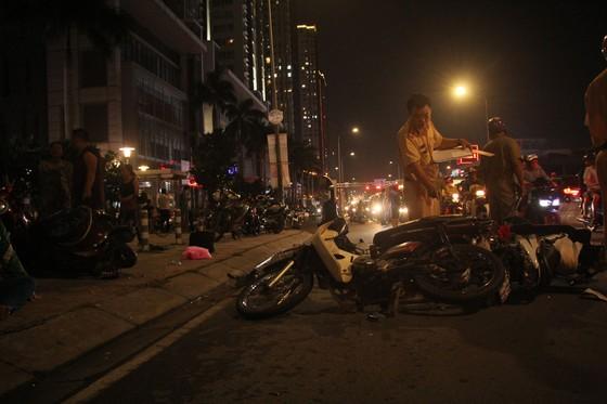 Ô tô tông hàng loạt xe máy, 1 người tử vong, ít nhất 4 người bị thương ảnh 2