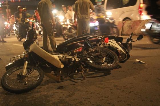 Ô tô tông hàng loạt xe máy, 1 người tử vong, ít nhất 4 người bị thương ảnh 1
