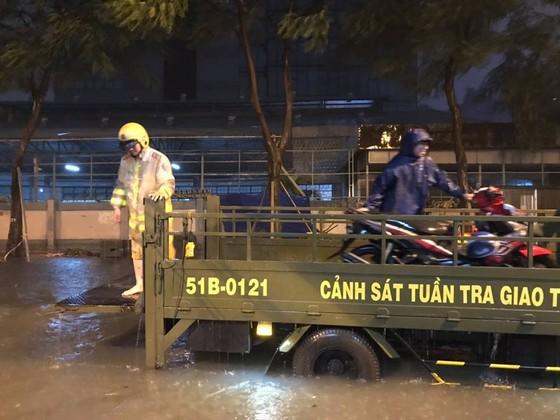 CSGT giúp dân đưa xe vượt điểm ngập trong cơn bão số 9 ở trung tâm TPHCM ảnh 5