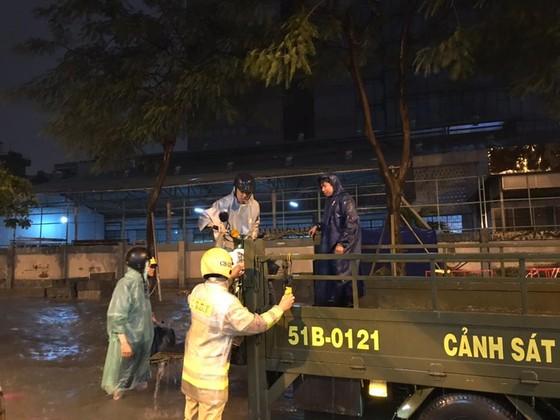 CSGT giúp dân đưa xe vượt điểm ngập trong cơn bão số 9 ở trung tâm TPHCM ảnh 2