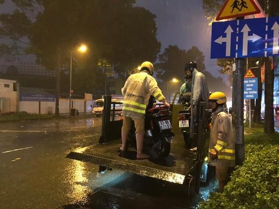 CSGT giúp dân đưa xe vượt điểm ngập trong cơn bão số 9 ở trung tâm TPHCM ảnh 6