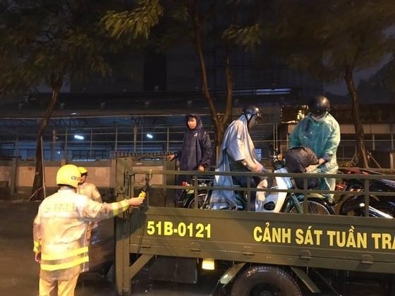 CSGT giúp dân đưa xe vượt điểm ngập trong cơn bão số 9 ở trung tâm TPHCM ảnh 3