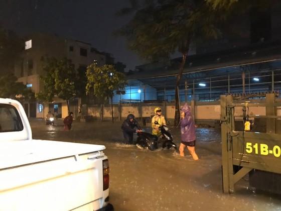 CSGT giúp dân đưa xe vượt điểm ngập trong cơn bão số 9 ở trung tâm TPHCM ảnh 1