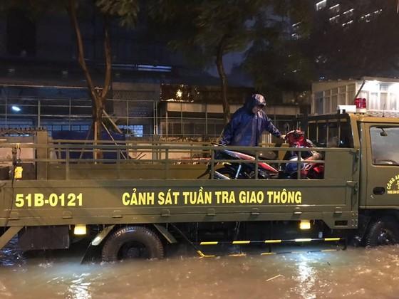 CSGT giúp dân đưa xe vượt điểm ngập trong cơn bão số 9 ở trung tâm TPHCM ảnh 4